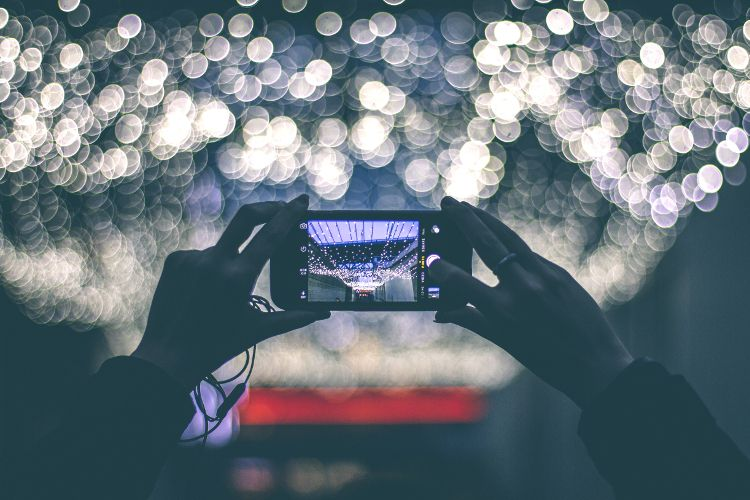 Taking a picture of lights with a mobile phone