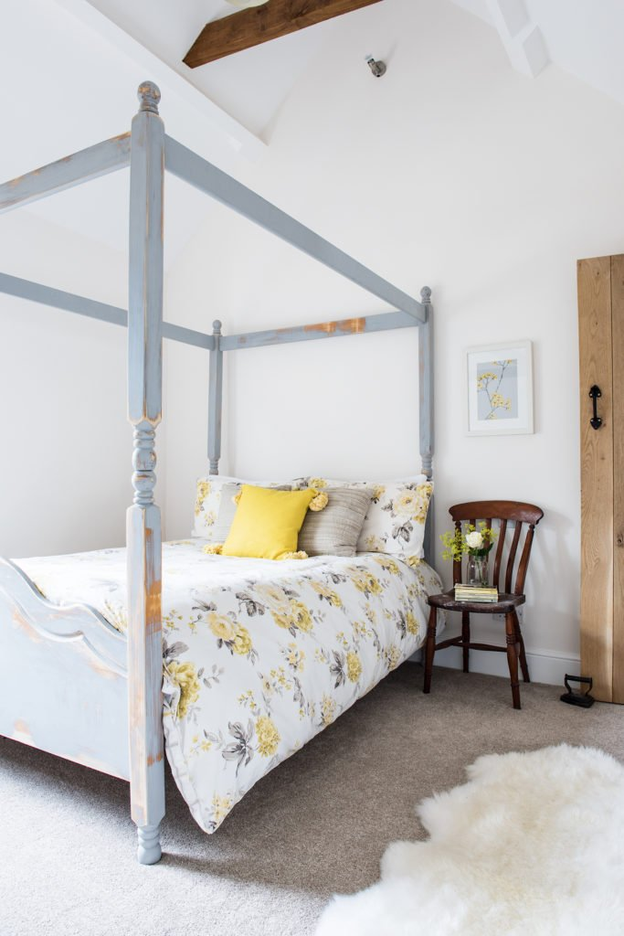 Real Homes - Shabby Chic Four-Poster Cottage Bed