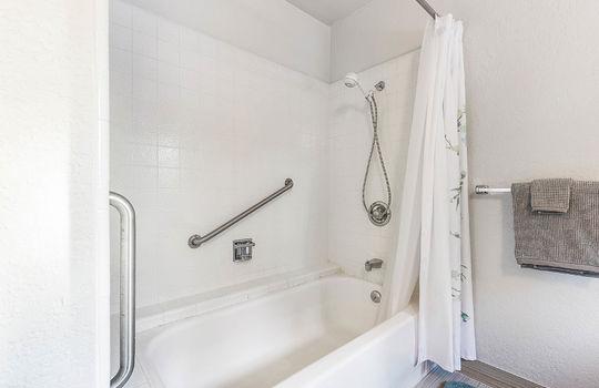 level_2_bathroom_1-4