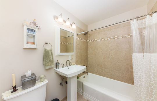 bathroombetweenbedroom2and3-1